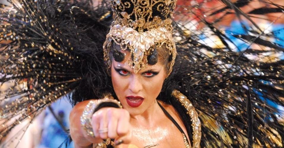 7.fev.2016 - Com fantasia que representa o Anjo da Morte, Lívia Andrade rebola na passarela do samba no desfile do Império de Casa Verde, na madrugada desde domingo