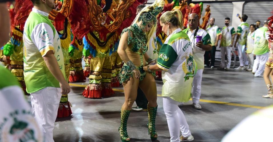 8.fev.2016 - Rainha de bateria, Viviane Araújo desfila no Anhembi  pela Mancha Verde
