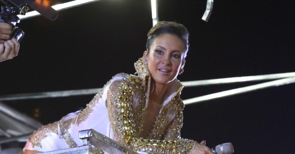 8.fev.2015 - Inspirada em Elvis, Claudia Leitte arrasa no topete e faz show no sexto dia do Carnaval de Salvador
