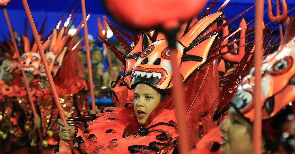 9.fev.2016 - Integrante da São Clemente desfila na Sapucaí na madrugada desta terça-feira