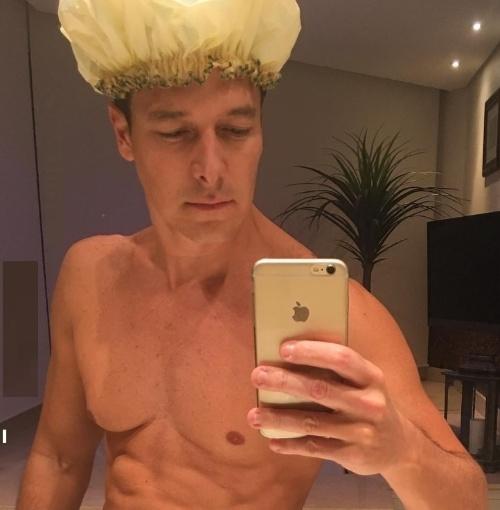 """5.mai.2016 - Na noite desta quarta-feira, Rodrigo Faro decidiu postar uma foto no Instagram em que aparece sem camisa. """"Boa noite queridos!!!!! E nunca se esqueçam: sensualidade sempre!!!!!"""", escreveu o apresentador da Record na legenda da imagem"""