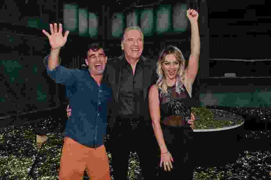 21.jun.2016 - Justus posa para fotos com Laura e Jorge após anunciar o casal como vencedor do reality - Rafael Cusato/Brazil News