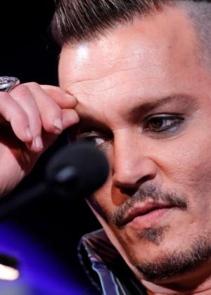 Cicatriz do dedo médio de Johnny Depp pode ser vista enquanto ele dá entrevista sobre show em Minnesota - Getty Images