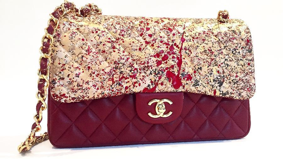 """Bolsa Chanel com arte assinada por Olivia Lambiasi. Preço do trabalho varia conforme o tamanho da bolsa e pode chegar a R$ 1950. """"Por se tratar de trabalho de arte, não há como prever o resultado"""", ela avisa aos clientes. - Divulgação"""