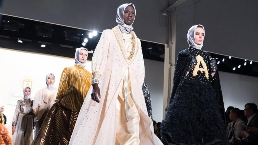 Modelo usam o hijab como parte da coleção Anniesa Hasibuan na Semana de Moda de Nova York em 2016. Hasibuan é uma designer muçulmana. - Anniesa Hasibuan/Instagram