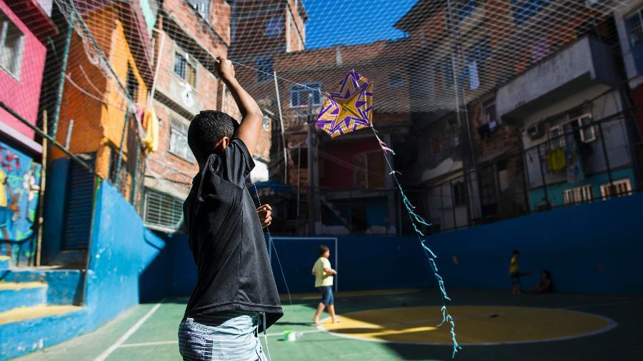 Quadra de esportes na comunidade Tavares Bastos, no Catete, Zona Sul do Rio - Bruna Prado/UOL
