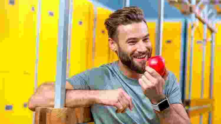 Homem comendo maçã - iStock - iStock