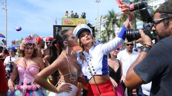 8dddc7ff3 Daniel Pinheiro AgNews. Bruna Marquezine e Ticiane Pinheiro no bloco da  Favorita ...