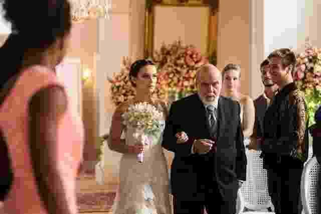 Com a fisionomia séria, Clara entra com o avô Josafá (Lima Duarte) na cerimônia do seu casamento com Renato (Rafael Cardoso) - Raquel Cunha/Globo