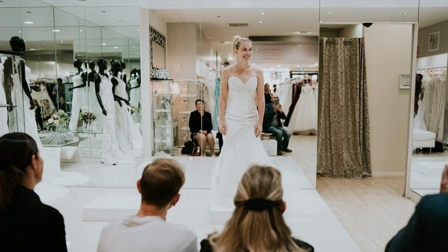 Apesar de não enxergar, Stephanie fez questão de buscar o seu vestido ideal, e levou, além da família, a melhor amiga e o fotógrafo James Day às compras, para ajudá-la na missão  - Reprodução James Day Photography