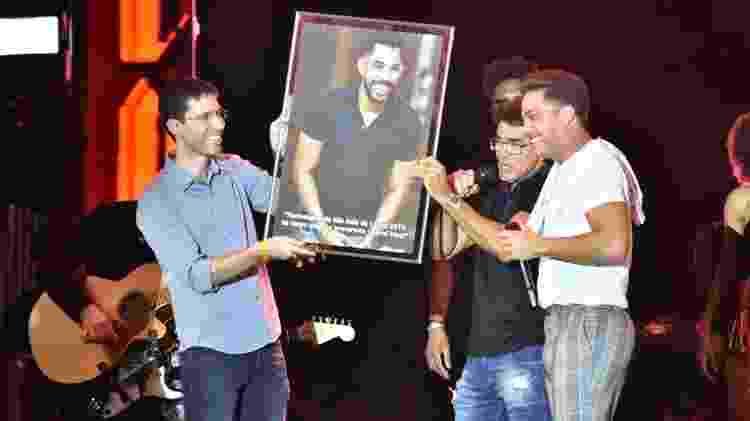 Gabriel Diniz é homenageado no São João da Capitá, no Recife, por Wesley Safadão e seu pai, Cizinato Diniz. O cantor faria show no evento - Felipe Souto Maior/AgNews