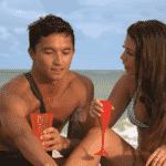 Nakagima e Gabi conversam na praia - Divulgação/MTV Brasil