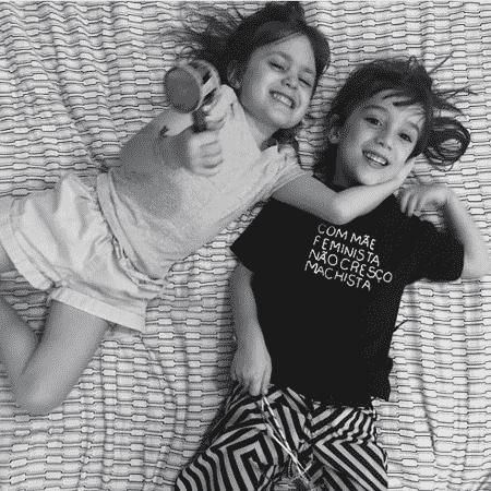 """Na publicação, Pedro aparece usando uma camiseta com os dizeres: """"Com mãe feminista não cresço machista"""" - Reprodução/Instagram"""