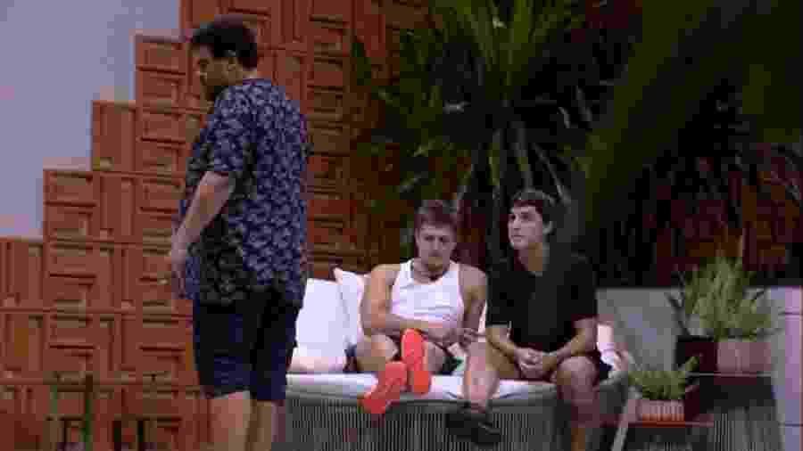 BBB 20 - Brothers conversam na área externa - Reprodução/Globoplay