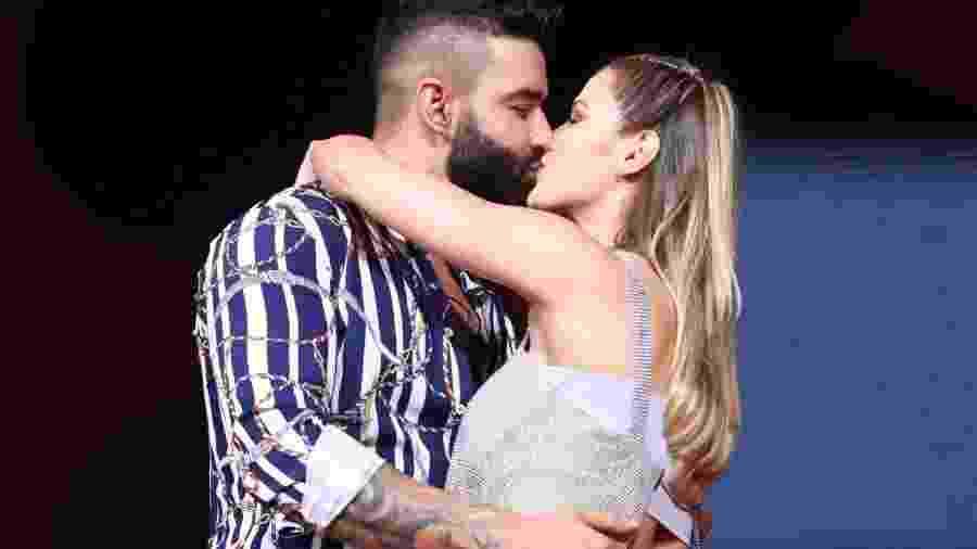 """Gusttavo Lima e Andressa Suita se beijam em apresentação do cantor no """"Carnaval do Parque"""", em Brasília - Matheus Lima/Brazil News"""