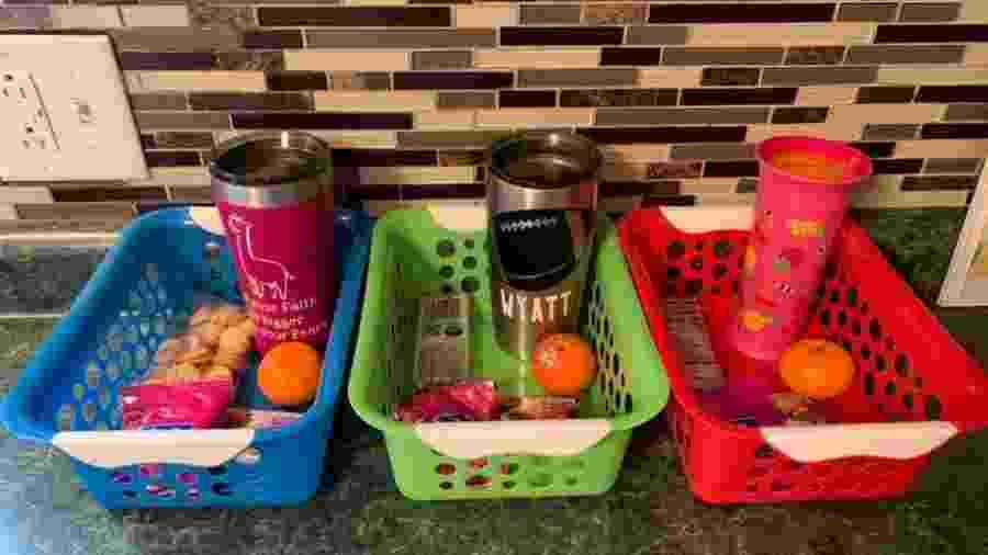 Mãe americana resolveu colocar os lanches diários dos filhos em cestos separados - Reprodução/Facebook