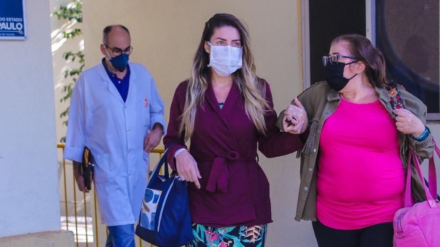 Tati Minerato deixou o hospital acompanhada de sua mãe, Regina - Thiago Duran/AgNews