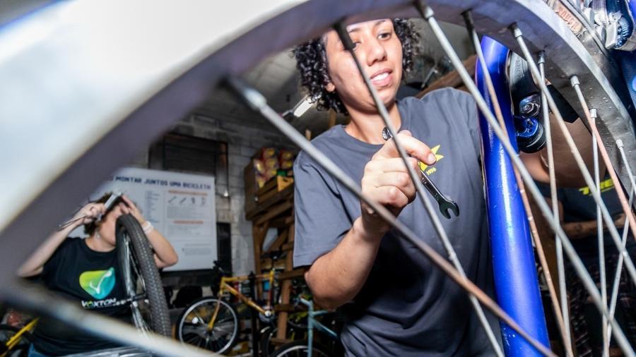 O projeto Viver de Bike da Aromeiazero oferece curso que inclui conteúdos de mecânica de bicicleta, informações importantes sobre pedalar na cidade e empreendedorismo e gestão financeira - Divulgação