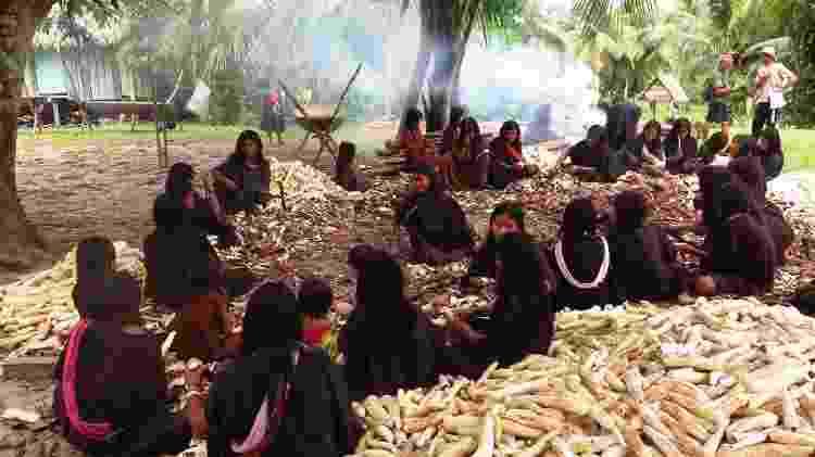 Mulheres Ashaninka descascam mandioca na aldeia Apiwtxa - Maria Fernanda Ribeiro/Mongabay - Maria Fernanda Ribeiro/Mongabay