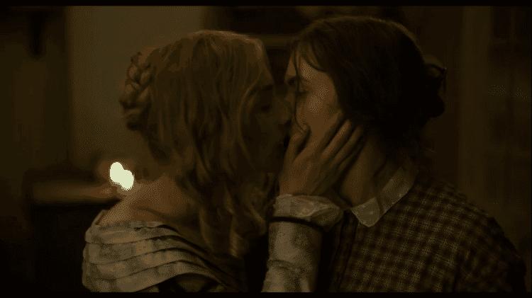 Kate Winslet e Saoirse Ronan se beijam em cena de 'Ammonite' - Reprodução/Neon/YouTube - Reprodução/Neon/YouTube