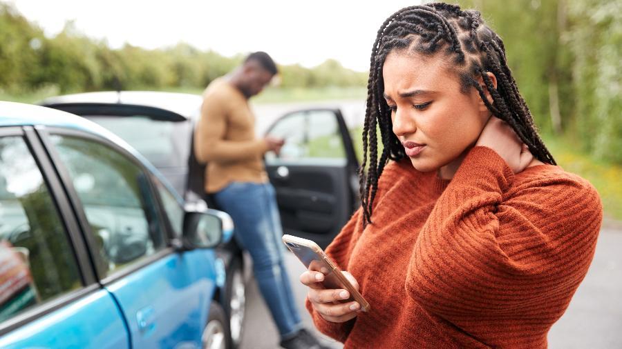 Jovem negra vendo conteúdo desconfortável em seu smartphone - Getty Images/iStockphoto