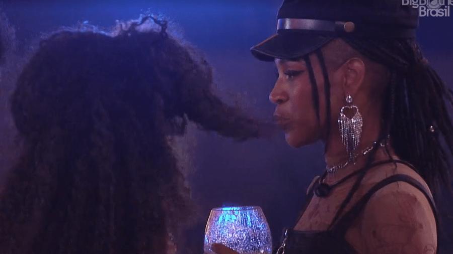 BBB 21: Karol conversa com Lumena na festa da líder Sarah - Reprodução/Globoplay