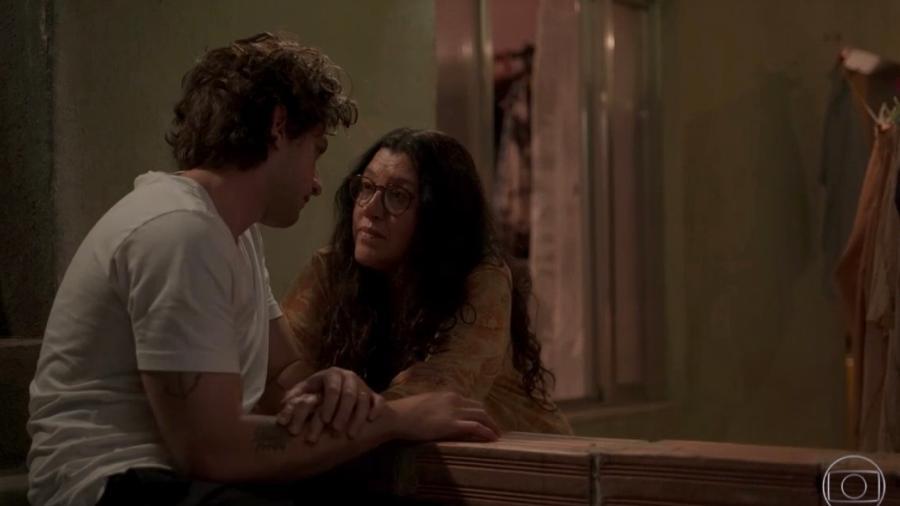 """Domênico/ Danilo (Chay Suede) e sua mãe Lurdes (Regina Casé) em """"Amor de Mãe"""" (TV Globo) - Reprodução/ Globoplay"""