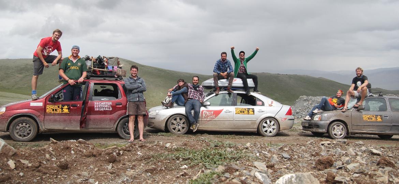 Brasileiros (no carro ao centro) e mais aventureiros no Rally Mongol - Arquivo pessoal