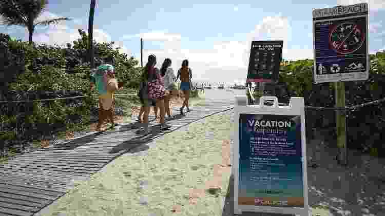 Turistas latino-americanos foram vacinados neste domingo na praia de Miami Beach, Flórida - AFP - AFP
