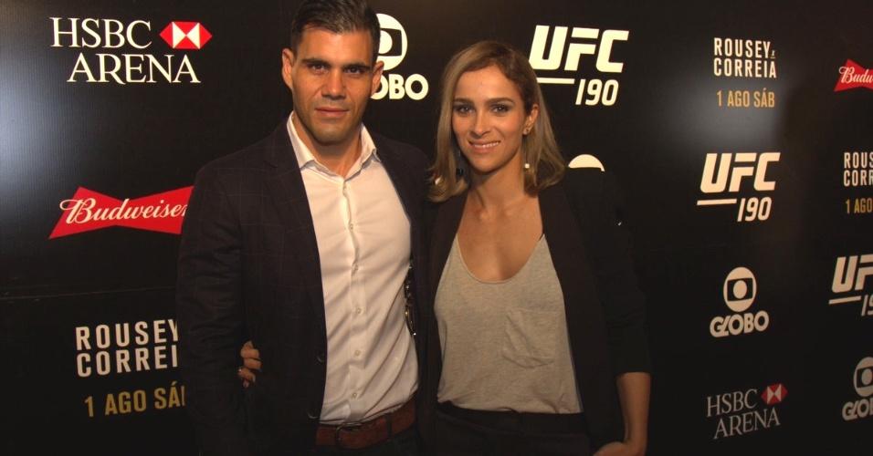 1.ago.2015- Juliano Cazarré levou a mulher para conferir o UFC 190 no Rio de Janeiro