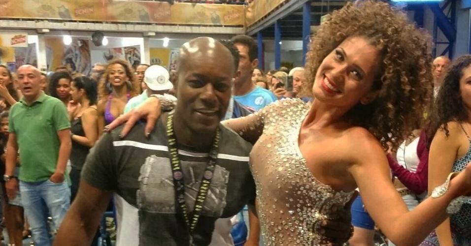 21.jan,2016 - Lívia Andrade apareceu com os cabelos cacheados no ensaio da Império de Casa Verde, escola de samba da qual é madrinha de bateria. A atriz publicou no Instagram uma foto com o novo visual e foi criticada por seguidores.