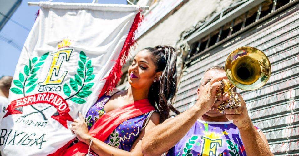 08.fev.2016 - Foliões aproveitam a manhã no bloco Esfarrapado, que faz o seu 68º desfile nas ruas do Bixiga, em São Paulo.