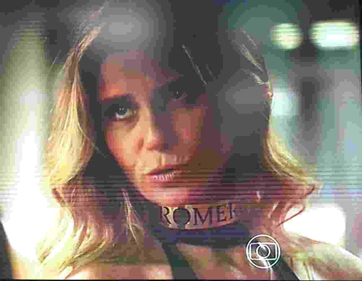 Atena (Giovanna Antonelli) é obrigada a usar coleira com o nome de Romero - Reprodução/TV Globo