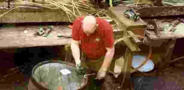 Trabalhadores podem ser vistos em ação durante visita na tanoaria de Speyside - Rafael Mosna/UOL - Rafael Mosna/UOL