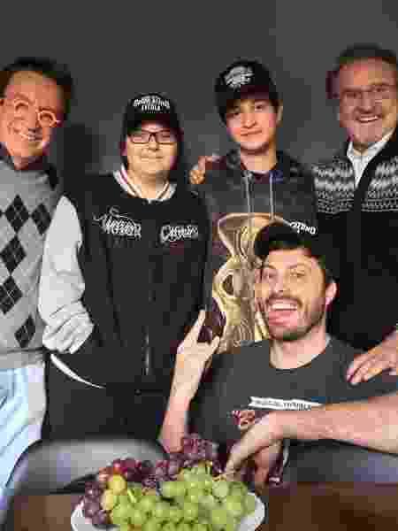 Danilo Gentili (sentado) cercado por outros artistas como Moacyr Franco (esq.) e e Carlos Villagrán (dir.)  - Divulgação
