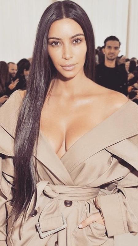 Kim Kardashian ? Casaco decotado sem nada por baixo - Reprodução/Instagram/kimkardashian