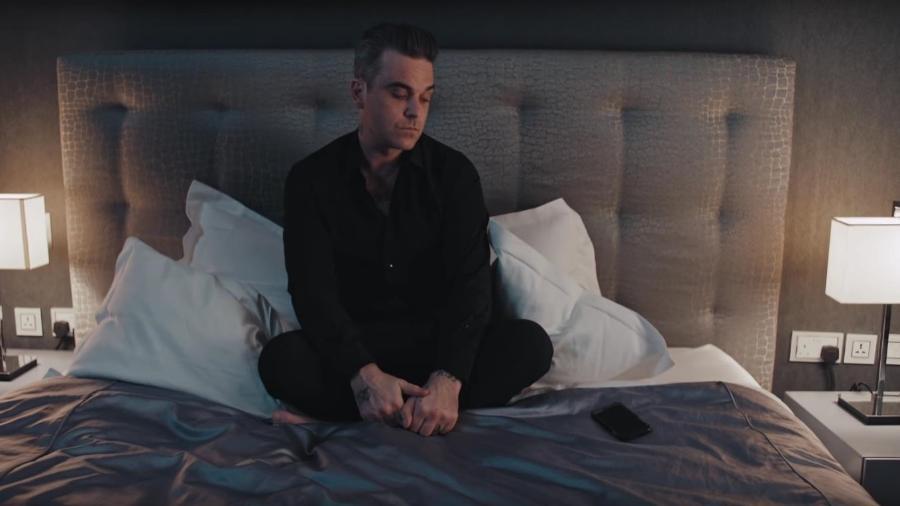 """Robbie Williams é esquecido pela namorada em """"Mixed Signals"""" - Reprodução"""