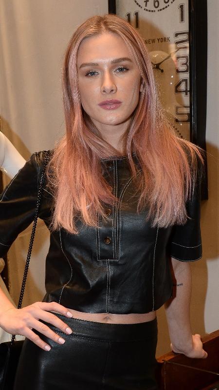 Fiorella Mattheis muda o visual a exibe mexas rosas de seu cabelo em evento em SP - Francisco Cepeda/AgNews
