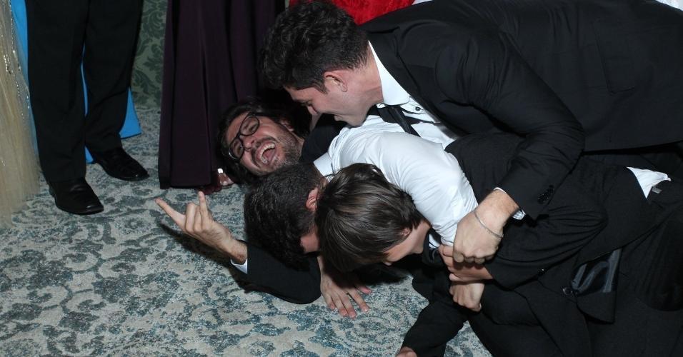 Antonio derruba Ilmar no chão da festa