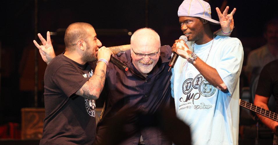 Kid Vinil divide o palco com Badauí, do CPM 22, e o rapper Rappin' Hood no show de aniversário de São Paulo, em 2011
