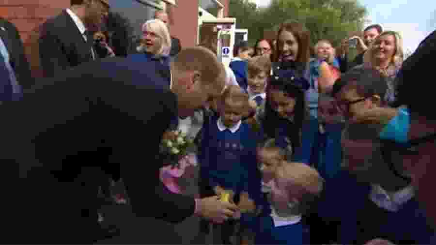 Menino dá um abacate para William levar para a esposa, Kate Middleton - Reprodução/YouTube