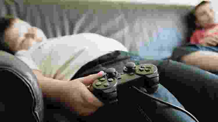 Celulares, vídeo games e televisão estimulam o sedentarismo das crianças - iStock