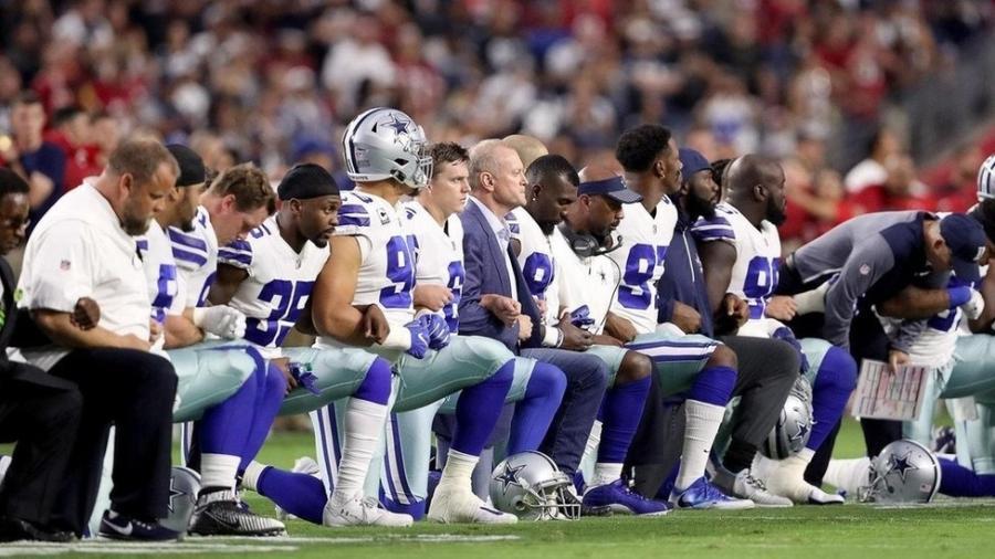 Jogadores e comissão técnica de times de futebol americano se ajoelharam no passado - mas, desafiando o senso comum, em protesto - Getty Images