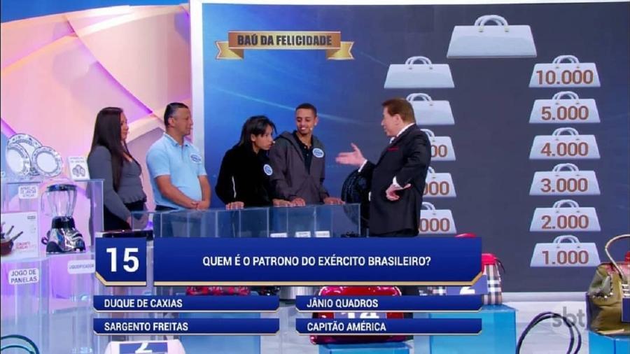 """Menina rouba atenção ao dar """"patadas"""" em Silvio Santos - Reprodução/SBT"""
