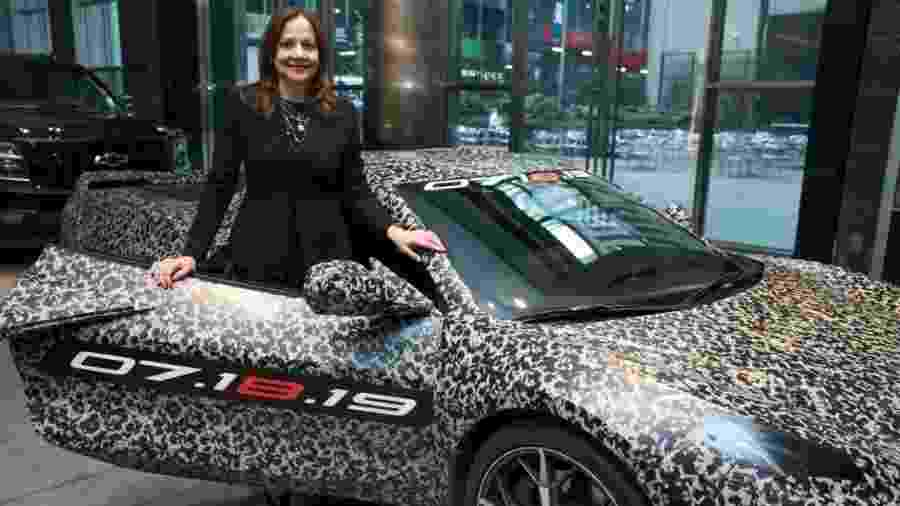 Mary Barra, presidente global da GM, apresenta nova geração do Chevrolet Corvette... ainda camuflado - Jennifer Altman/Divulgação