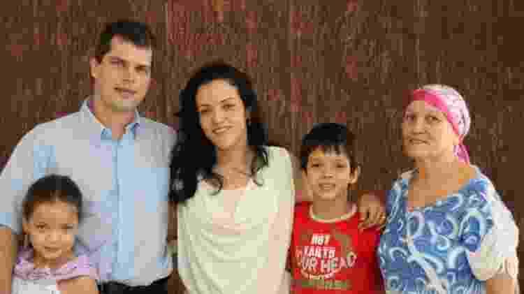 Jane com o marido, os filhos e a mãe - Arquivo pessoal