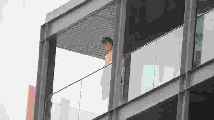 2.dez.2019 - Shawn Mendes aparece sem camisa na sacada do hotel onde está hospedado no Rio - Agnews