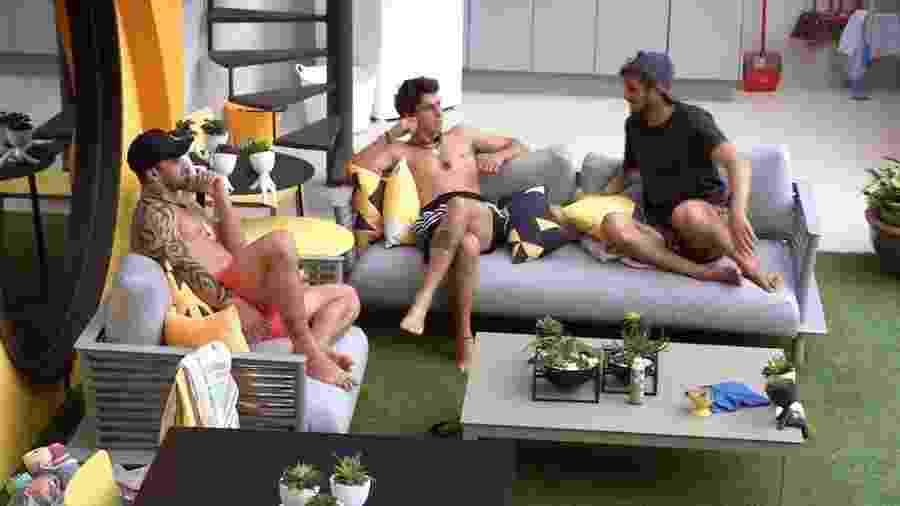 Felipe conversa com meninos na área externa - Reprodução/Globoplay