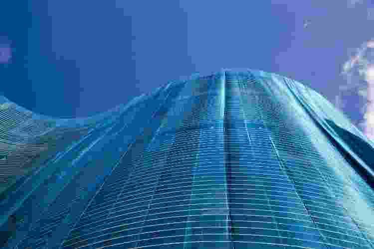Fachada do edifício Copan, envolto por um véu de proteção azul em preparo para restauro, em São Paulo (SP).  - Joel Silva/Folhapress - Joel Silva/Folhapress