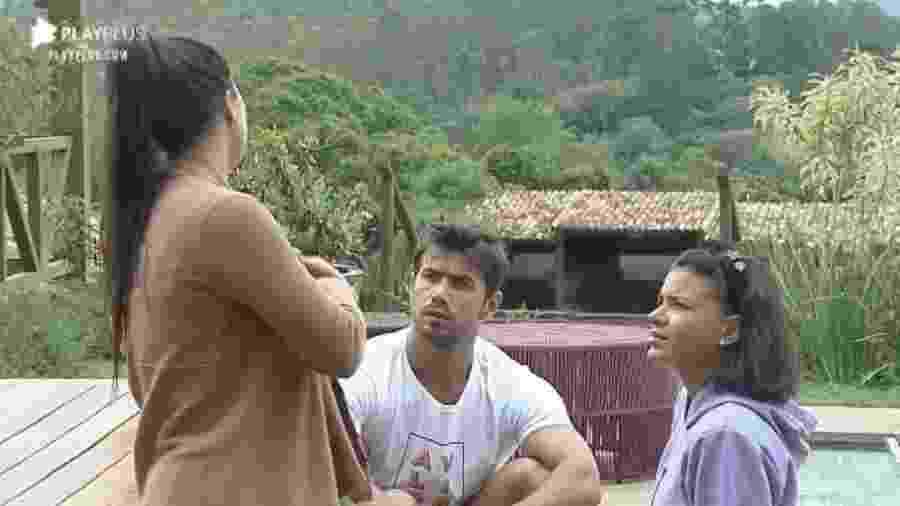 A Fazenda 2020: Victória Villarim (de costas) conversa com Mariano e Jake Oliveira - Reprodução/RecordTV